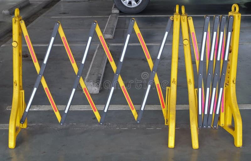 Barrières en plastique portatives jaunes bloquant la route photos stock