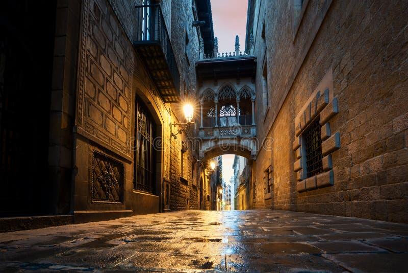 Barri Gothic Quarter und Seufzerbrücke nachts in Barcelona, Katalonien, Spanien lizenzfreie stockbilder