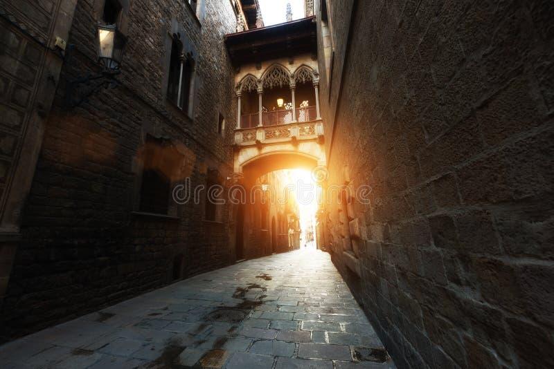 Barri Gothic Quarter und Seufzerbr?cke w?hrend des Sonnenaufgangs in Barcelona, Katalonien, Spanien stockfotos