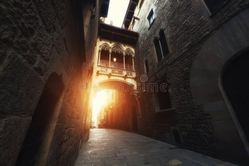 Barri Gothic Quarter y puente de suspiros durante salida del sol en Barce imagen de archivo