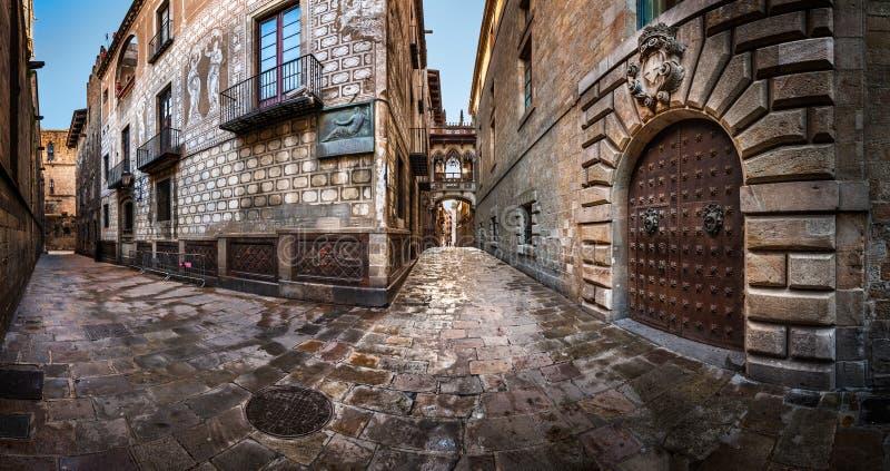 Barri Gothic Quarter y puente de suspiros en Barcelona, Cataluña fotografía de archivo