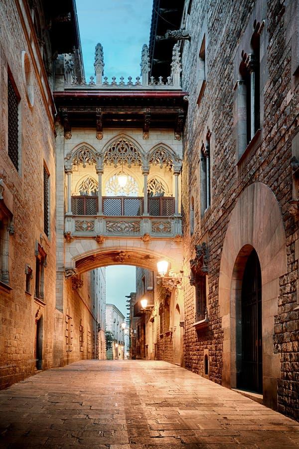 Barri Gothic Quarter y puente de suspiros en Barcelona, Cataluña imágenes de archivo libres de regalías