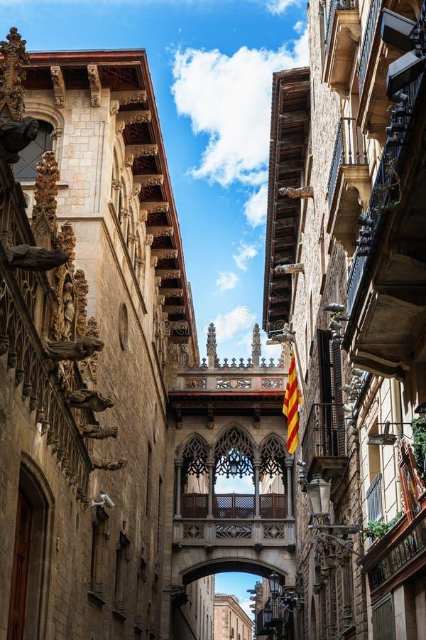 Barri Gothic Quarter y puente de suspiros en Barcelona, Cataluña, España foto de archivo