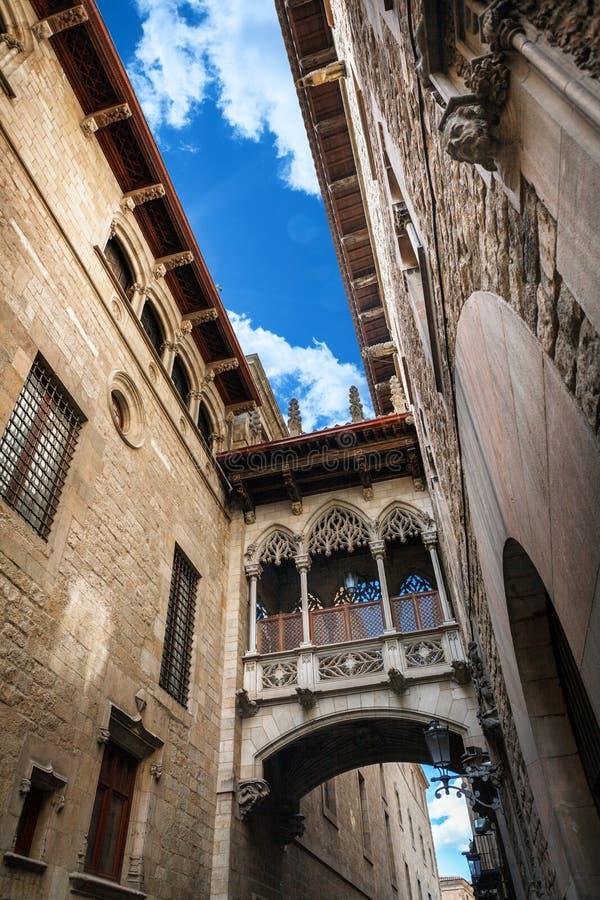 Barri Gothic Quarter y puente de suspiros en Barcelona, Cataluña, España imagen de archivo