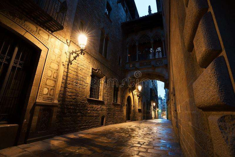 Barri Gothic Quarter y puente de suspiros en la noche en Barcelona, imágenes de archivo libres de regalías