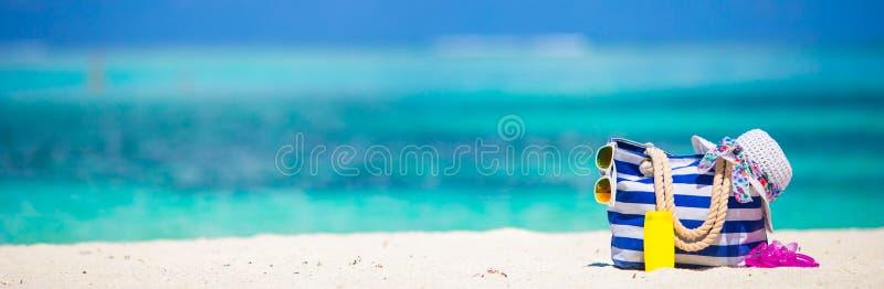Barri la borsa, l'asciugamano blu, gli occhiali da sole, protezione solare fotografia stock libera da diritti