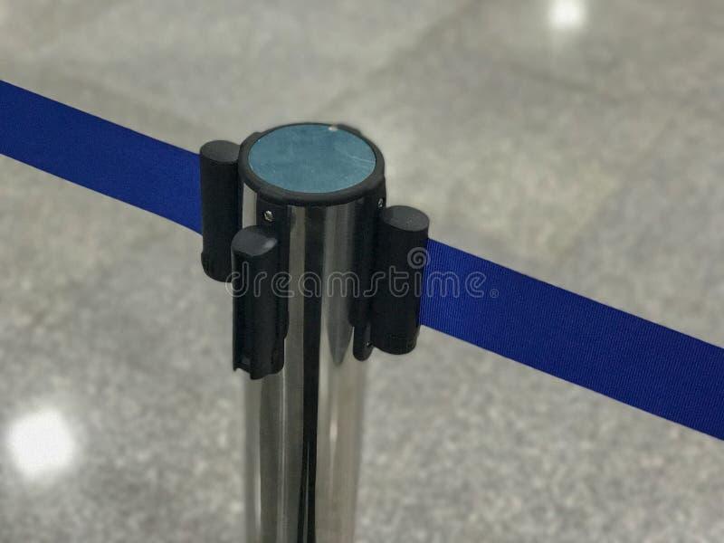 Barricada inoxidável com corda azul imagem de stock royalty free