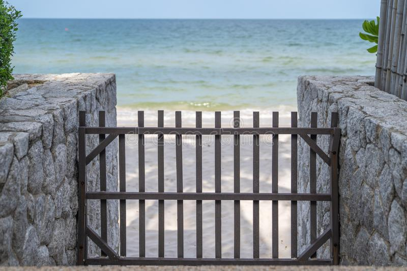 Barricada y barrera de madera en la calzada de piedra a la playa imagenes de archivo