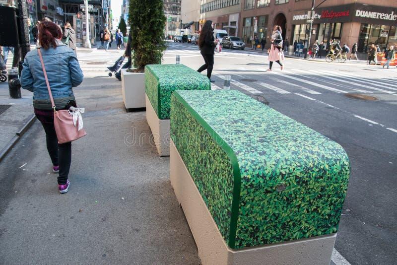 Barricadas concretas da segurança da rua ao longo da sétima avenida em Manhattan, New York City que têm uma tampa do vinil que o  imagens de stock royalty free