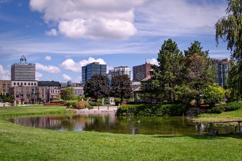 Barrie, Ontario, Canadá - 2019 08 25: Vista de verano en el estanque del Parque Heritage en el centro de Barrie, Ontario, Canadá imagen de archivo libre de regalías