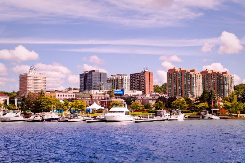Barrie, Ontario, Canada - 2019 08 25: Lake Simcoe-landweergave met het Heritage Park rechts in de stad Barrie royalty-vrije stock afbeeldingen