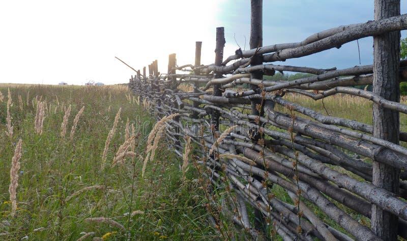 Barriera di legno nel campo russo immagine stock