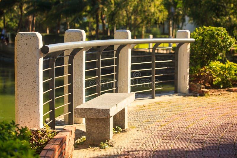 Barriera di pietra del banco dal campo sportivo nel parco di stazione turistica immagini stock libere da diritti