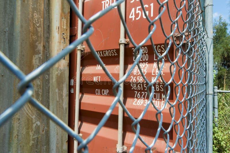 Barriera di sicurezza alta vicina del container fotografia stock libera da diritti