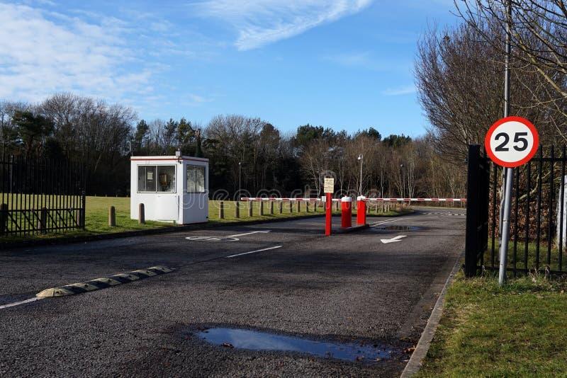Barriera di sicurezza, segno limite di velocità e capanna della guardia all'entrata al parcheggio dell'ufficio fotografia stock
