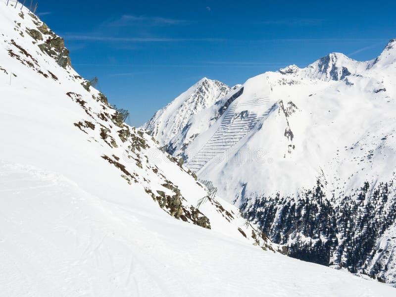 Barriere della valanga nello Zillertal superiore in Austria, in una regione famosa e popolare dello sci fotografie stock libere da diritti