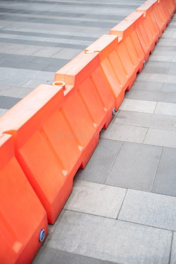 Barriere di plastica rosse che bloccano la strada fotografia stock libera da diritti