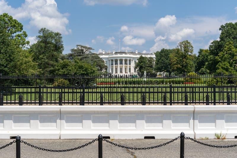 Barriers en omheiningen voor het Witte Huis in Washington DC, Verenigde Staten van Amerika op een zomerdag royalty-vrije stock afbeelding