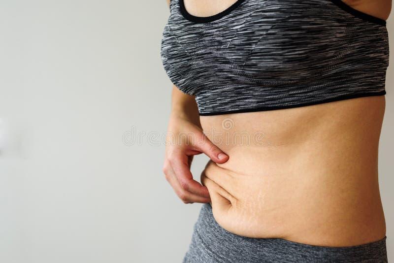 Barriga da mulher após a dieta fotografia de stock