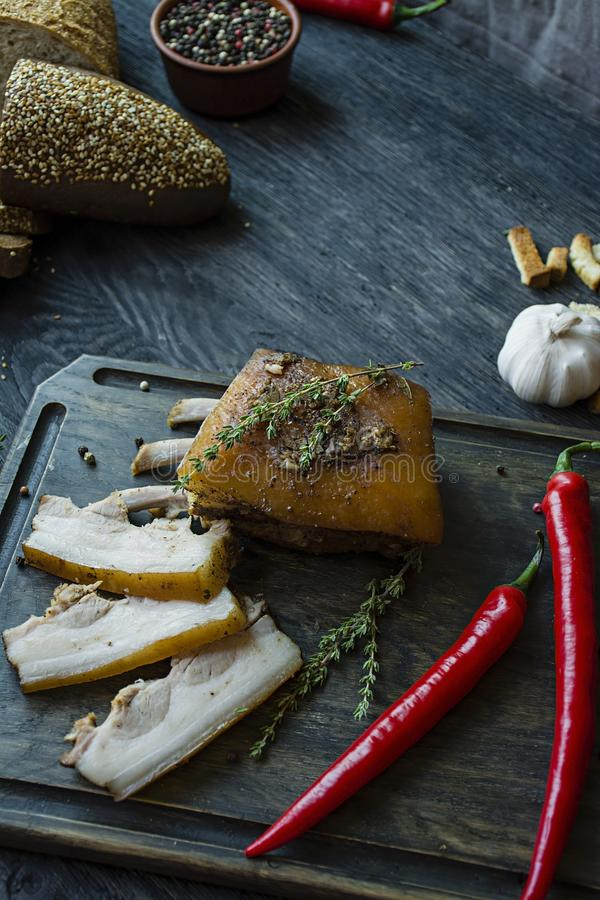 Barriga de carne de porco cozida com especiarias, tomilho, pimenta amarga, pão fresco Gordura ucraniana Prato tradicional de Ucr? imagens de stock royalty free
