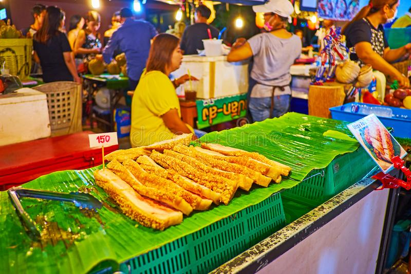Barriga de carne de porco Roasted no mercado da noite do Ao Nang, Krabi, Tailândia fotografia de stock royalty free