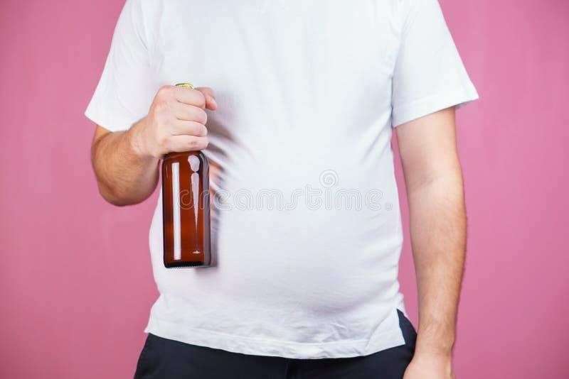 Barriga de cerveja, apego alcoólico Homem gordo com cerveja fotos de stock royalty free