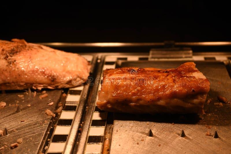 Barriga de porco assado cozinhada dourada suculento e uma junção do peru fotografia de stock royalty free