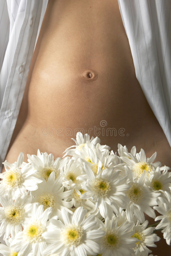 Barriga e flores da mulher foto de stock