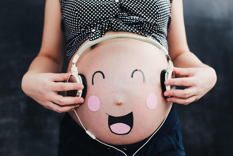 Barriga grávida engraçada Mulher gravida foto de stock