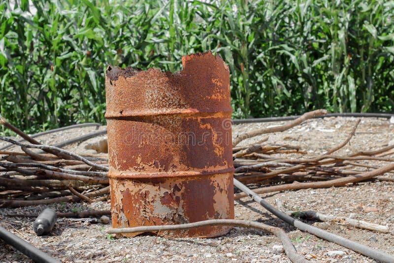 Barril anaranjado oxidado del metal, barril viejo y dañado imagenes de archivo