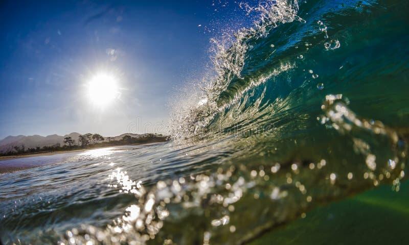 Barril azulverde de la onda que practica surf en Hawaii imagen de archivo