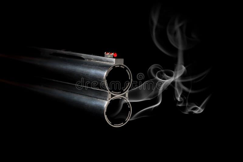 Barril de arma con humo imagen de archivo