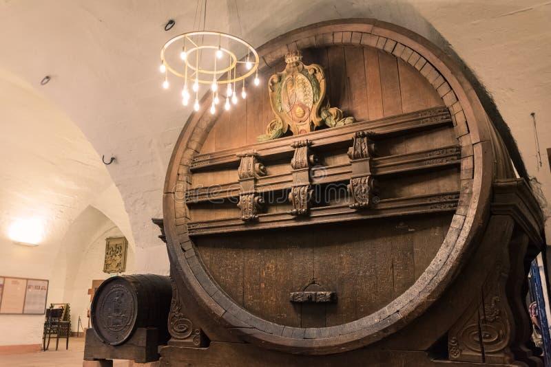 Barril de cerveza enorme del almacenamiento Ca interior impresionante antiguo histórico fotos de archivo