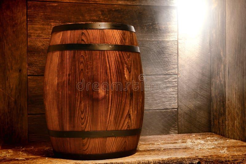 Barril de madera antiguo del whisky o barrilete viejo del vino en la nave imagenes de archivo