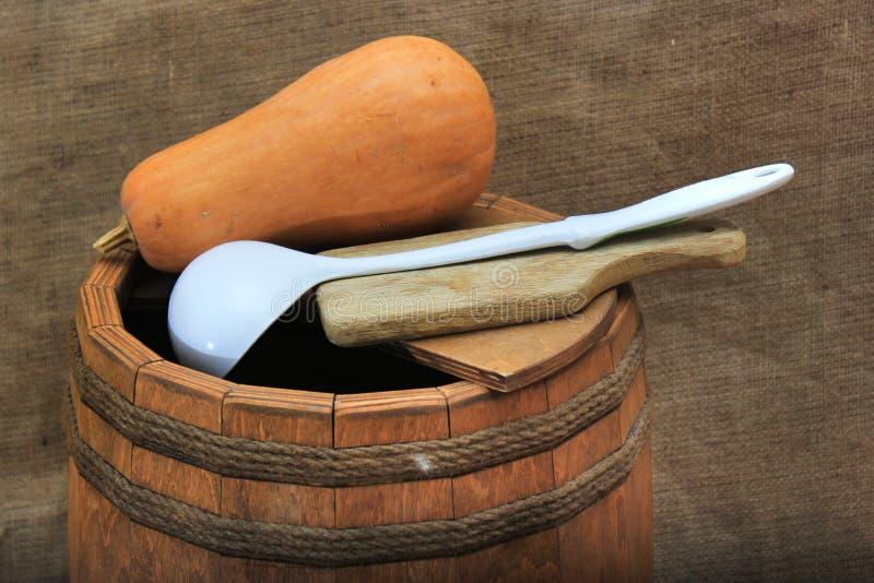 Barril de madera con la cucharón, la calabaza y la tajadera fotos de archivo libres de regalías