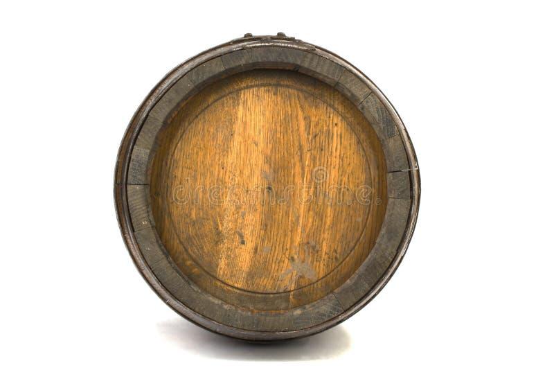 Barril de madera con los anillos de acero en blanco fotografía de archivo