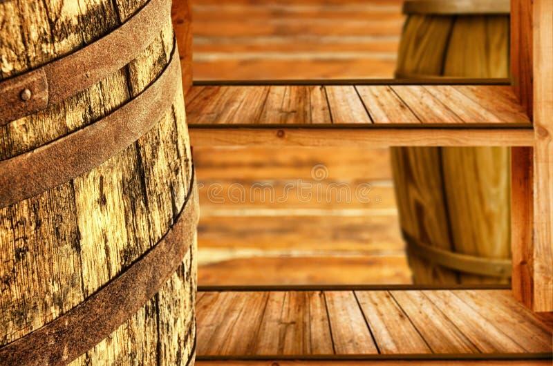 Barril de madera para la cerveza, el vino y los estantes hechos en estilo del vintage foto de archivo