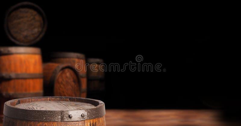 Barril de madera rústico en un fondo de la noche imagen de archivo libre de regalías