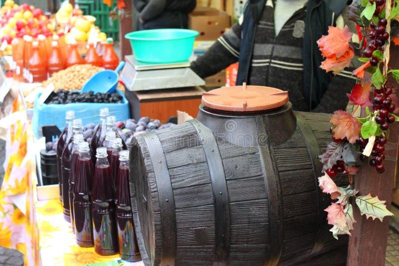 Barril de vino con la uva y la vid fotos de archivo libres de regalías