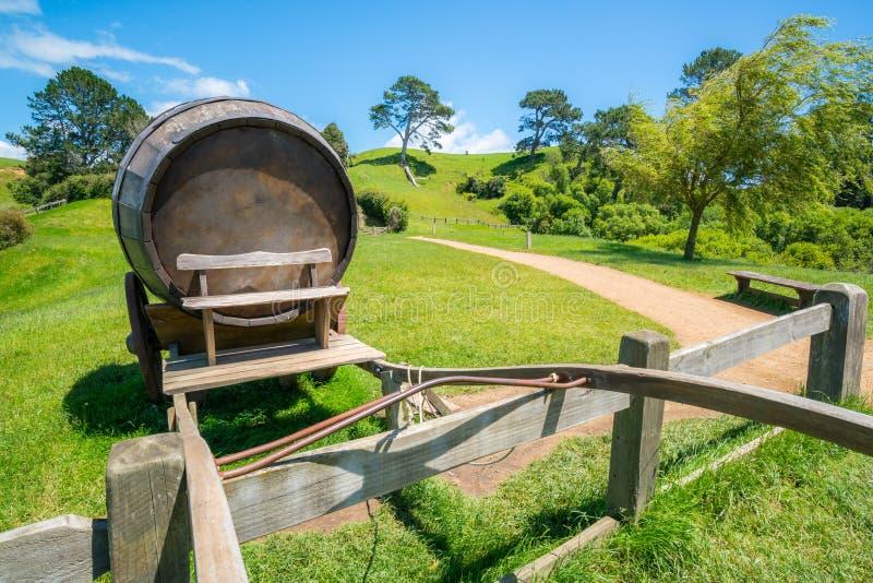 Barril de vino en campo de hierba verde imagen de archivo