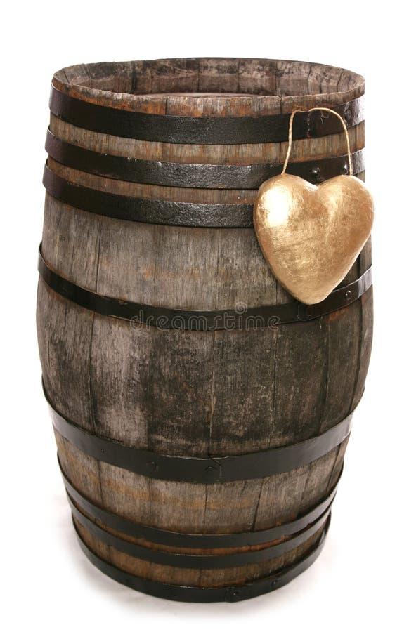 Barril de vino viejo del roble del vintage con el corazón foto de archivo
