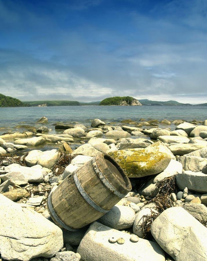 Barril en la playa foto de archivo