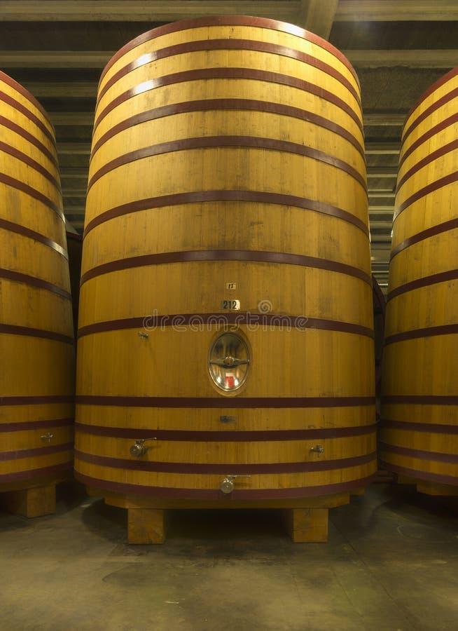 Barril enorme, estando-acima onde a cerveja ou o vinho são envelhecidos. imagem de stock