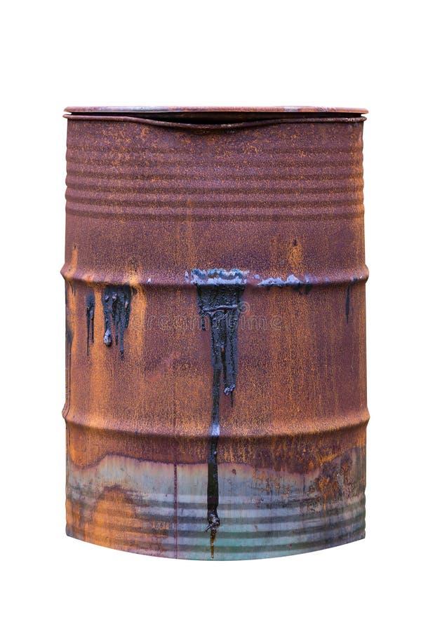 Barril oxidado viejo con fuelóleo doméstico en la superficie aislada en el fondo blanco imagen de archivo