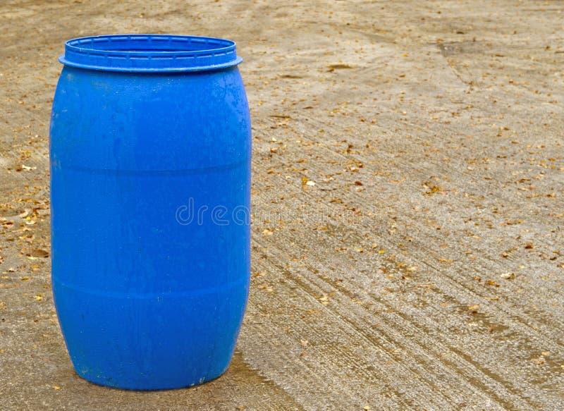 Barril plástico azul imagenes de archivo