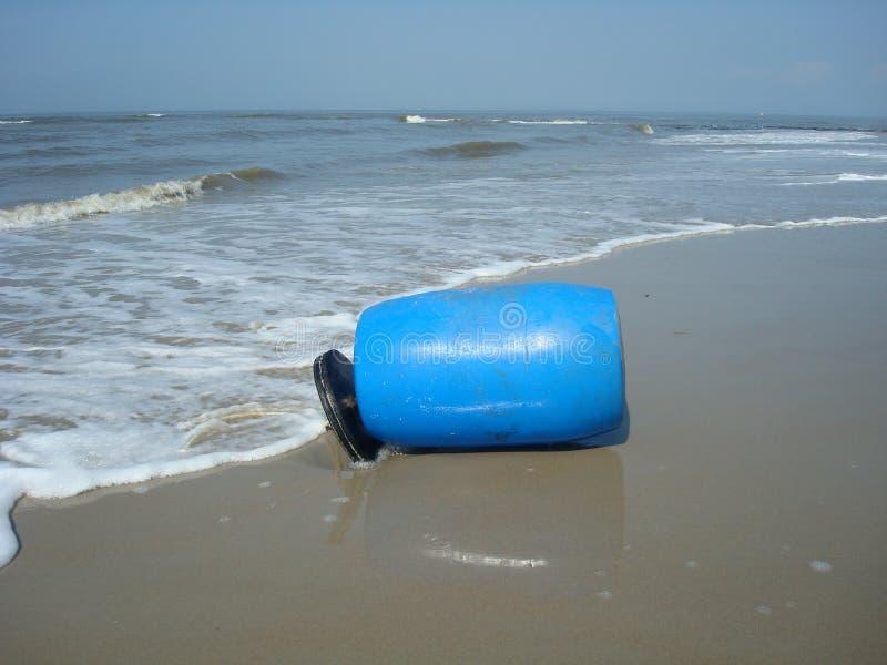 Barril plástico en la playa fotos de archivo
