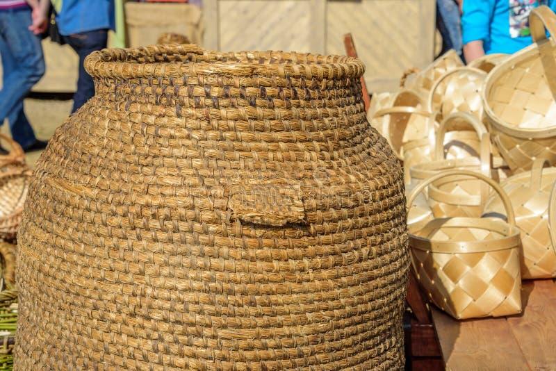 Barril trenzado hecho a mano y cestas de mimbre en el torneo internacional del festival del caballero de San Jorge fotografía de archivo libre de regalías