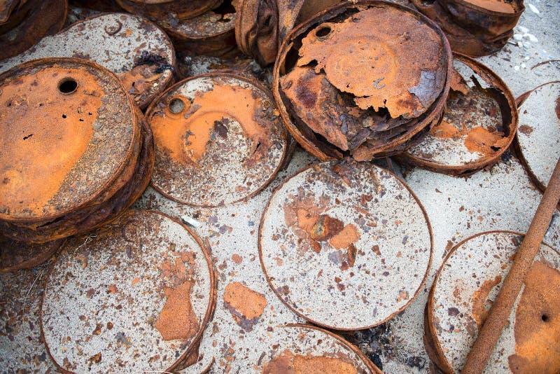 Barriles aherrumbrados en la orilla fotografía de archivo