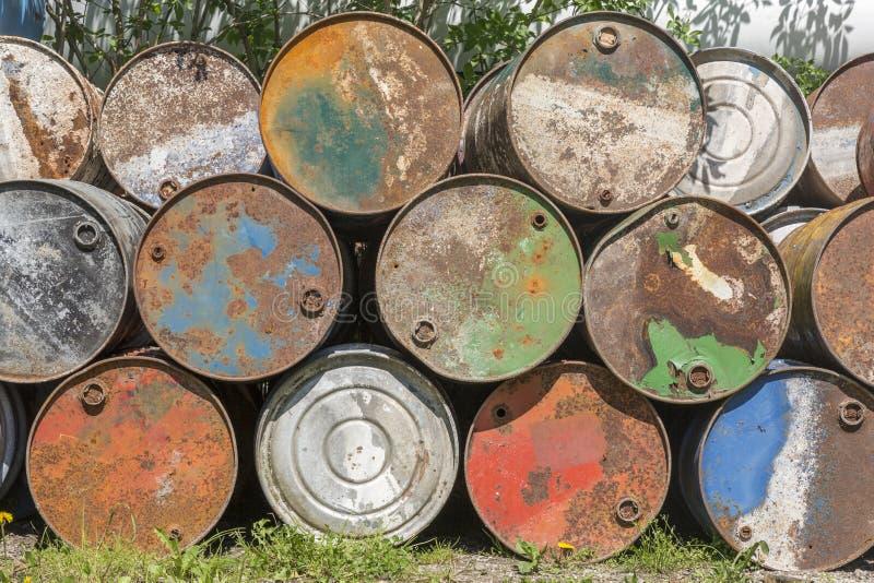 Barriles de aceite vacíos, oxidado y resistido foto de archivo libre de regalías