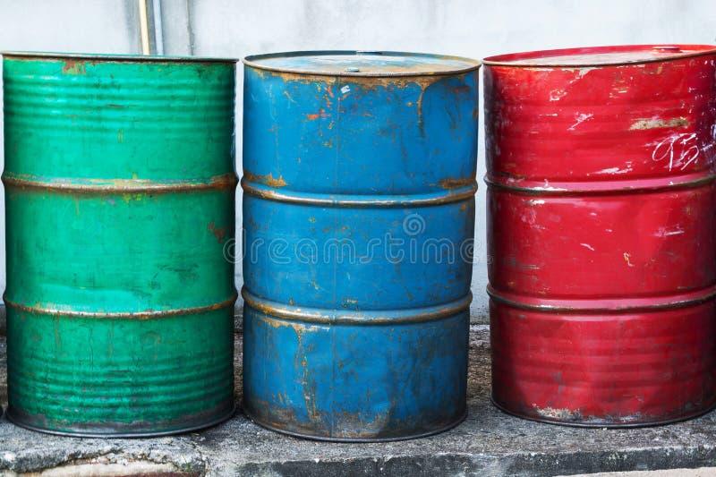Barriles de aceite vacíos, oxidado y resistido fotos de archivo libres de regalías
